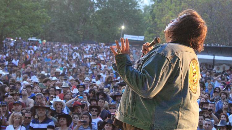contratar a Elvis vive en la voz de John Mc Inerny