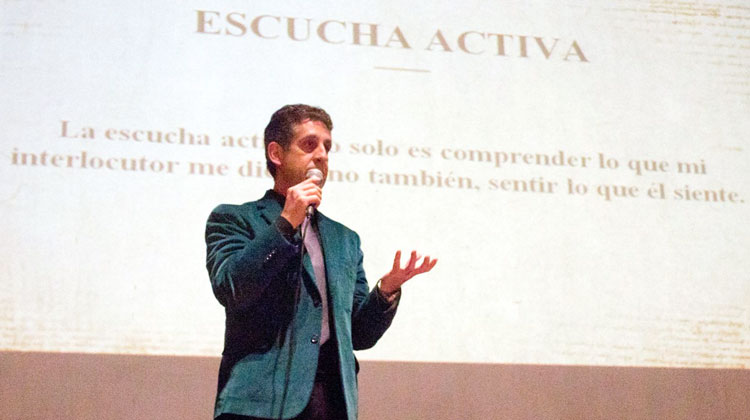 Contratar a Juan Carlos Lorenzo
