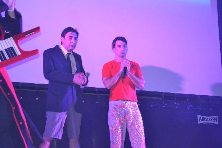 Yayo y los humoristas de Peligro sin Codificar en la Fiesta del Deporte